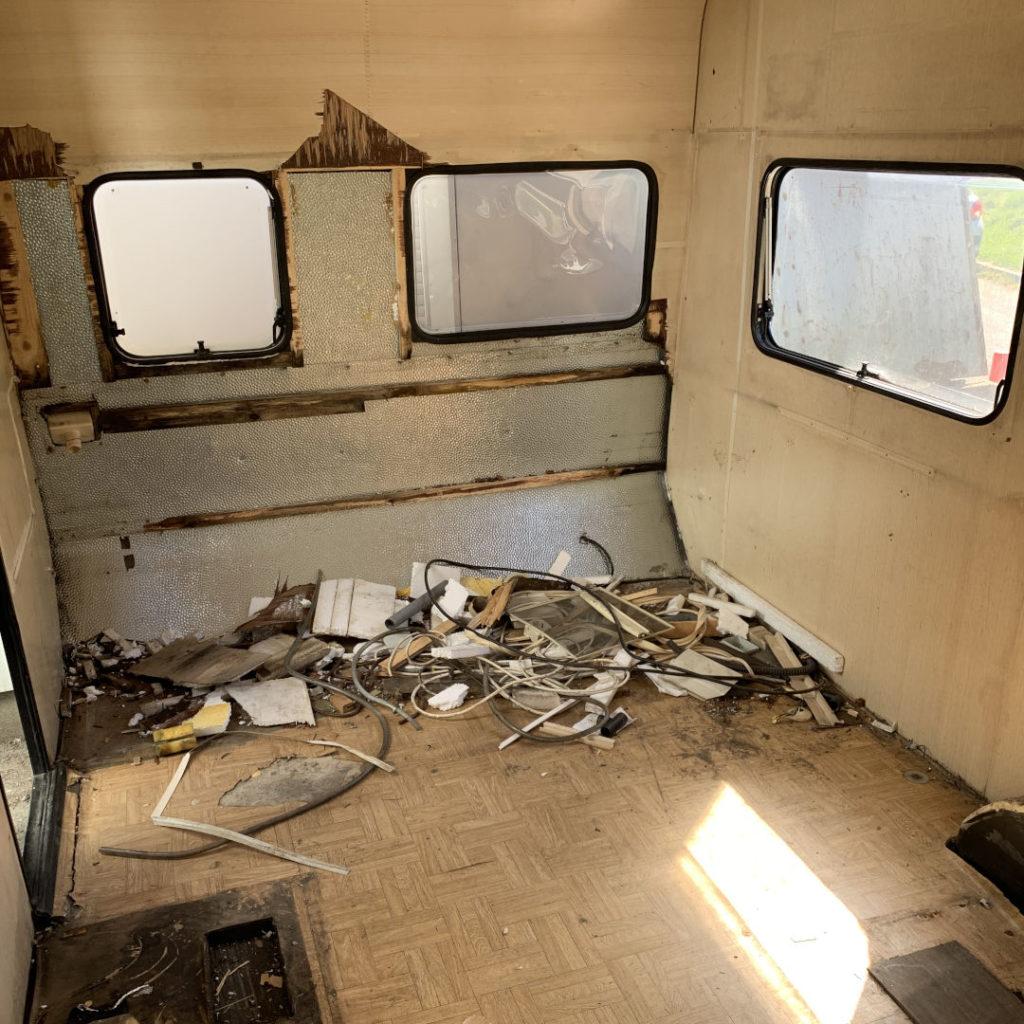 transformation d'une caravane en un atelier verrier mobile de soufflage de verre par le Cerfav