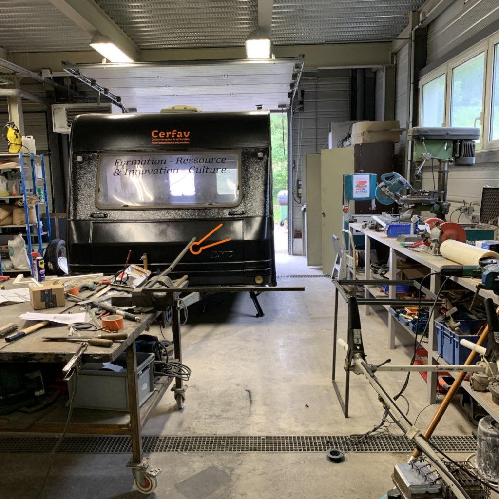 transformation d'une caravane en atelier verrier mobile de soufflage de verre par le Cerfav
